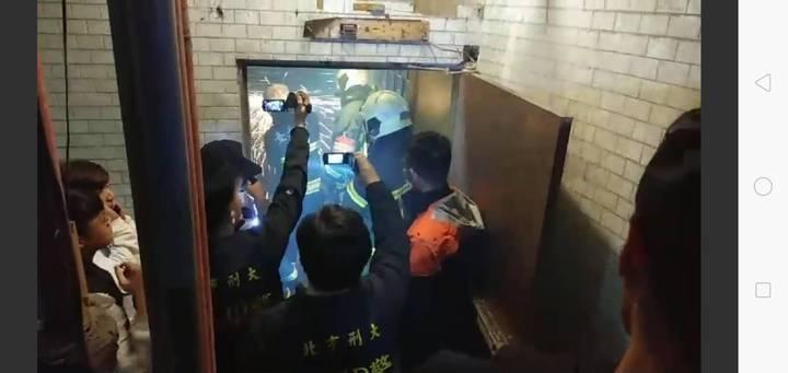 警方再次搜索已斷水斷電旅館,帶回10人偵辦。圖/記者廖炳棋翻攝