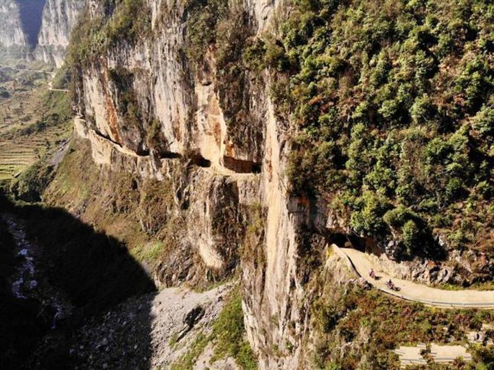 中國貴州西南部的畢節市山區,有一條沿山壁開鑿所建的公路,作為山區居民與市區的唯一聯接,是畢節市民重要的交通樞紐。一段無人機空拍畫面,顯示出行駛在這條公路上險象環生的場景。搜狐
