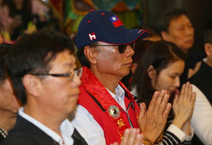 考慮參選總統的鴻海董事長郭台銘上午到他的「發跡廟」板橋慈惠宮參拜,他說前幾天媽祖託夢給他,要他一定要「出來」。記者王騰毅/攝影