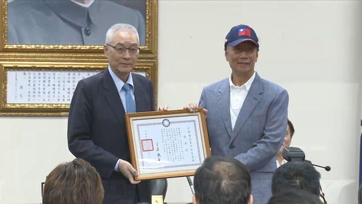 國民黨主席吳敦義下午頒發榮譽狀給郭台銘,外界解讀就是在幫郭台銘的黨員資格解套。記者王彥鈞/攝影