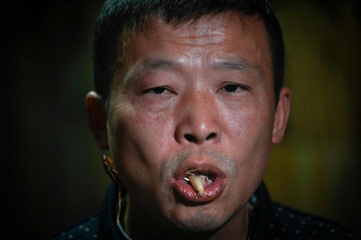 中國大陸四川省宜賓市經營蟑螂養殖場的李兵才當著《法新社》記者的面,直接生吃一隻脫皮的蟑螂。法新