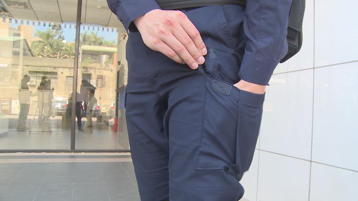 新式警察制服,考量到員警執行勤務時的方便性,褲子設計較多口袋。記者謝育炘/攝影