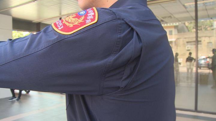 4月18日全國警察同步換裝新制服,新制服的腋下有特別設計,動作不卡卡。記者謝育炘/攝影