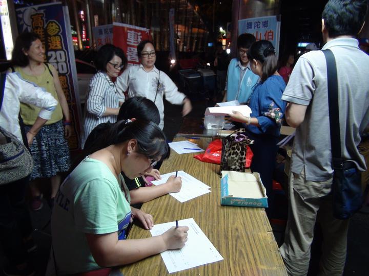 由民間自主發起的支持高雄市長韓國瑜參選2020總統連署書,到17日晚上10點30分截止,杏仁哥在六合夜市前已收到5萬份的連署書。記者謝梅芬/攝影