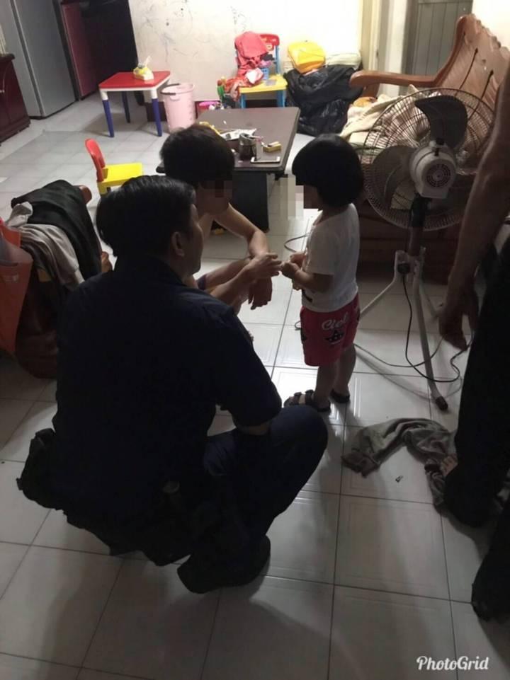 警方將3歲女童平安護送回家。記者劉星君/翻攝