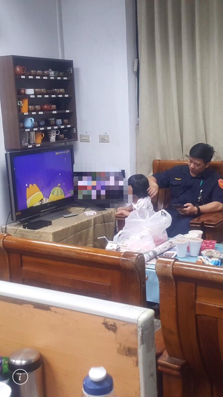 3歲女童待在派出所,看著卡通,邊吃著麵包,等到情緒較穩定後,警方帶女童回到一開始發現地點,才找到女童住家。記者劉星君/翻攝