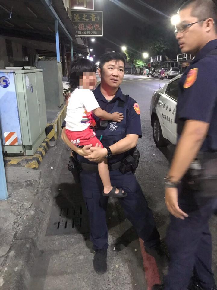 警方發現3歲女童獨自在路邊哭泣,將女童抱起後先帶回派出所。記者劉星君/翻攝