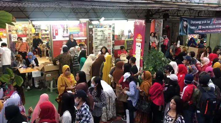 印尼大選海外投票,台北車站旁北平西路印尼街一家雜貨店成為投開票所,從早到晚擠滿前來投票的印尼選民。記者侯俐安/攝影