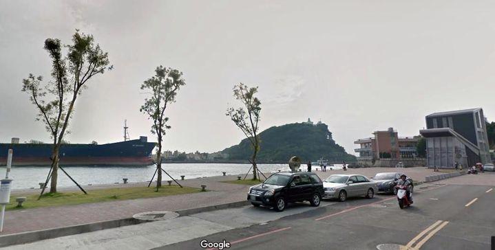 高雄市鼓山區哨船街岸邊沒護欄,1女子不慎落海,幸海巡安檢所(右)就在附近,及時救女子一命。圖/擷自Google maps