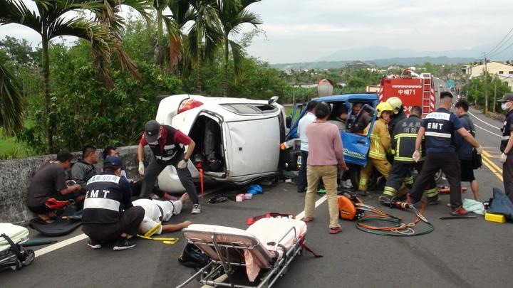 轎車內3人和小貨車內2人一度都受困。記者謝恩得/攝影