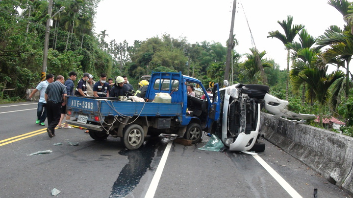 台3線中埔段1輛轎車越過中線,撞到對向小貨車後翻覆。記者謝恩得/攝影