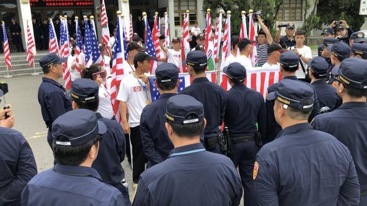 「台灣政府」下午企圖在省府大樓升台灣政府旗遭南投警方攔阻,警方依違反集會遊行法驅離。記者江良誠/攝影
