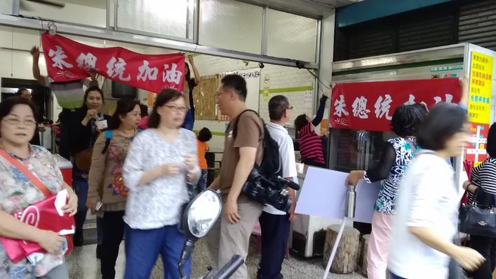 朱立倫支持者懸掛支持標語。記者余衡/攝影