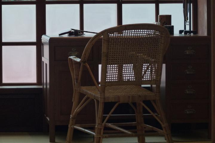鍾肇政在龍潭國小教師宿舍寫作的書桌椅。記者鄭國樑/攝影