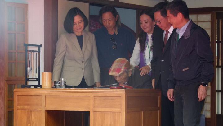 蔡英文總統(左)等人陪著鍾肇政進宿舍,大家在鍾過去創作的書桌前感受他等身創作的能量。記者鄭國樑/攝影