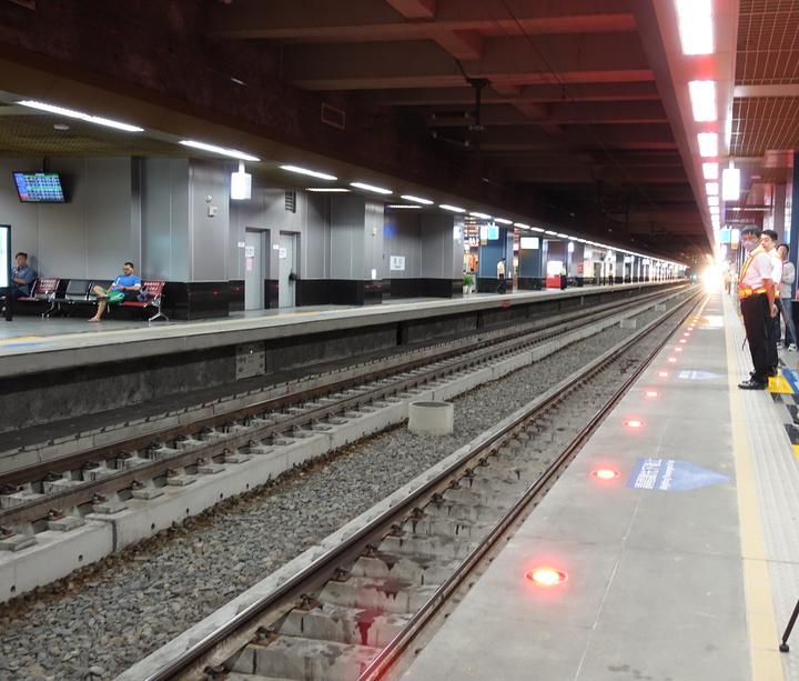 台鐵鳳山站長黃登瑞提醒,在月台等候搭火車時,不要超過月台黃色警示線。火車進站時,地上紅燈會亮起,提醒民眾注意。記者劉星君/攝影