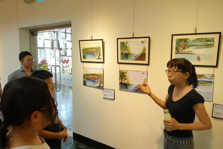 高市林園區第一本生態繪本「倒立水母小非找朋友」繪本文字創作者者蘇曼麗(右)跟學童們導覽,繪本故事。記者劉星君/攝影