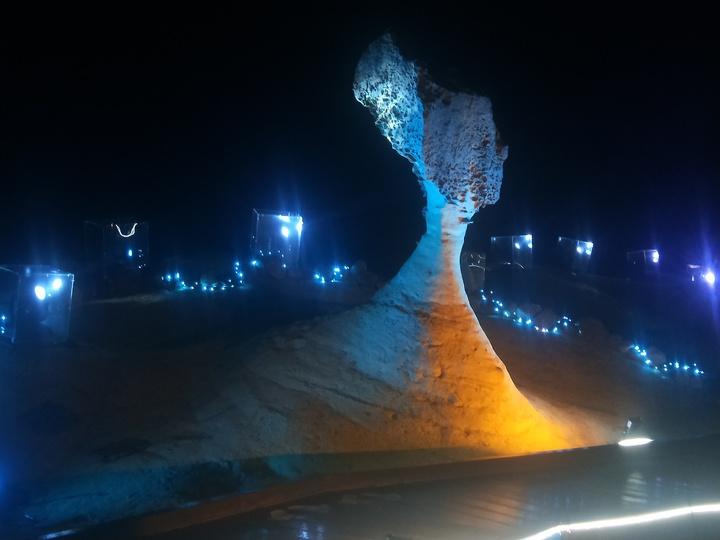 今年特別擴大岩石光影區域包括「俏皮公主」、「女王頭」、「儷影湖」3大燈區,燈光秀結合野柳奇岩及聲光特效,女王頭千變萬化。記者游明煌/攝影