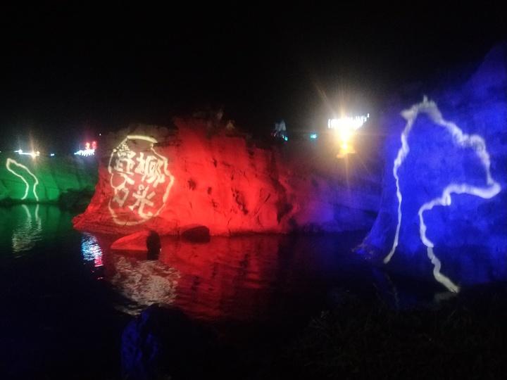 今年特別擴大岩石光影區域包括「俏皮公主」、「女王頭」、「儷影湖」3大燈區,燈光秀結合野柳奇岩及聲光特效。記者游明煌/攝影