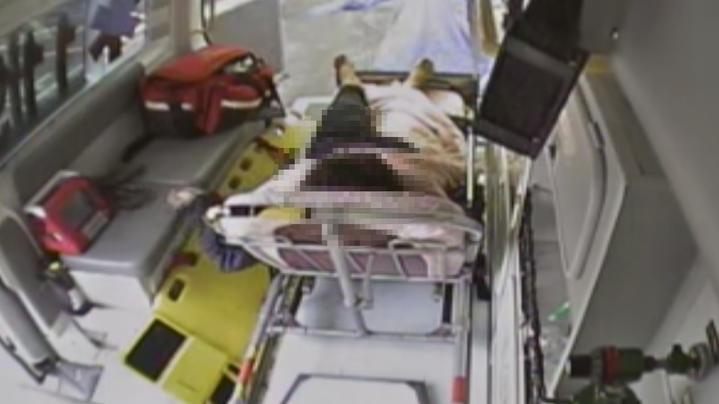 彰化縣福興鄉一名70歲婦人今天上午在自家一旁的養殖魚池餵魚,卻失足掉入魚池,幸附近民眾聽到她的呼救聲立即搶救,消防隊到達後合力將婦人救起,送醫無生命危險。記者林宛諭/翻攝