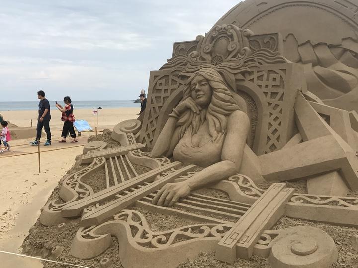 福隆國際沙雕藝術季開幕,有65座沙雕作品,包括失落的古文明亞特蘭提斯。記者吳淑君/攝影