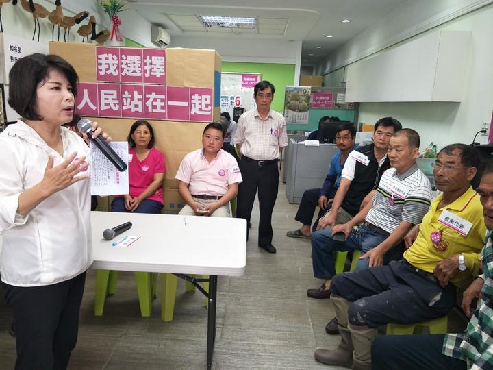 民進黨南市立委第一選區初選競爭激烈,參選人之一的台南市前議員賴惠員(左一)上午召開記者會,宣布辭去台南市府溪北辦公室主任。記者謝進盛/攝影