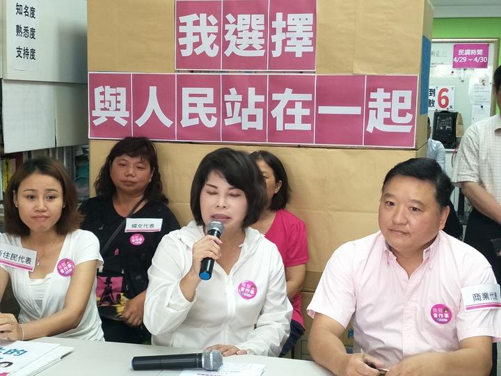 民進黨南市立委第一選區初選競爭激烈,台南市前議員賴惠員(中)上午召開記者會,宣布辭去台南市府溪北辦公室主任。記者謝進盛/攝影
