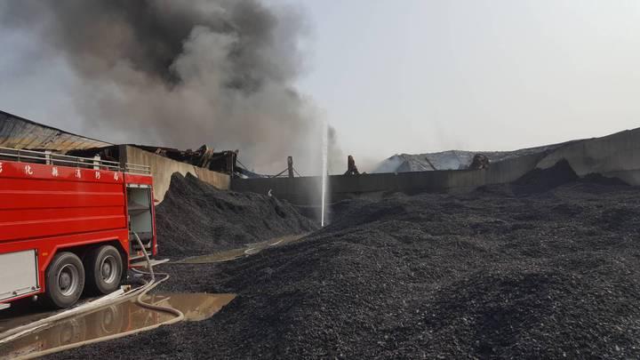彰化縣彰濱工業區線西區廢輪胎資源回收工廠大火燃燒十幾小時後,上午已進行殘火處理,預計下午可完全熄滅。圖/翻攝