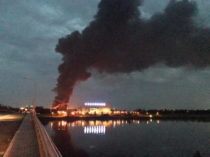 線西區廢輪胎資源回收工廠昨晚熊熊大火燃燒。圖/消防局提供
