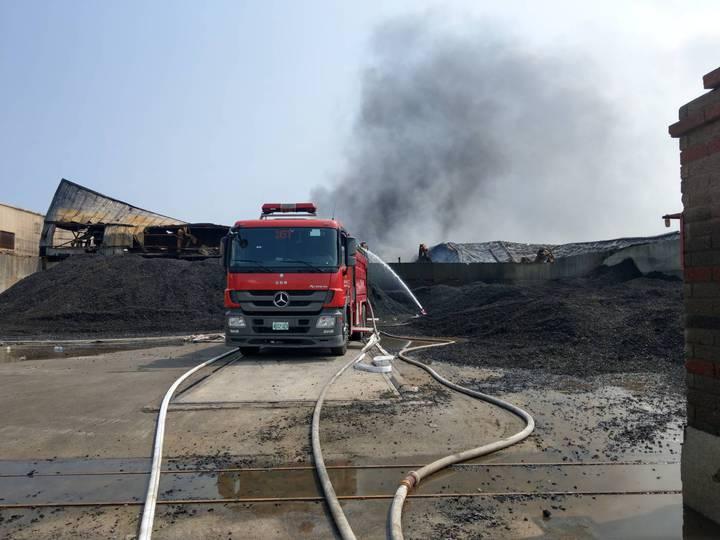 彰化縣彰濱工業區線西區廢輪胎資源回收工廠大火燃燒十幾小時後,上午已進行殘火處理,預計下午可完全熄滅。圖/消防局提供
