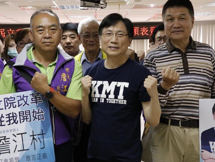 議員詹江村帶領20多位支持者,再度來到桃園市黨部,宣布轉戰國民黨桃園市第一選區立委提名。記者林育瑩/攝影