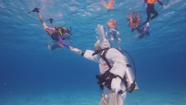 復活節到來,美國佛羅里達州大礁島(Key Largo),21日舉辦第24屆海底復活節尋彩蛋活動,吸引不少遊客前來嘗鮮,找到金彩蛋者,可獲禮物一籃。路透社