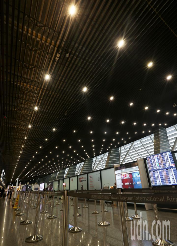 桃園機場公司推動綠能減碳有成,於22日「世界地球日」舉辦2019低碳機場成果發表會。圖為桃園機場第1航廈出境大廳屋頂的照明燈具,已經改用LED燈具,較傳統燈具更環保節能。記者陳嘉寧/攝影