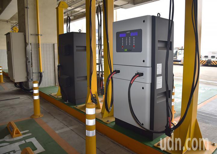 落實環保綠能減碳,桃園機場公司在空側設置電動車的充電座,鼓勵地勤業者採購全電動車輛。(桃園機場公司提供)