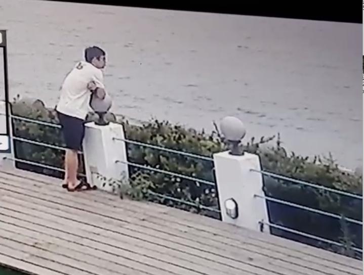 吳姓男子案發後直奔三芝海邊,在咖啡廳後側庭院看海。記者林昭彰/翻攝