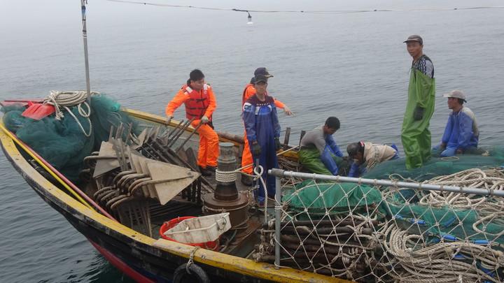 海巡隊強行登檢大陸越界漁船。圖/馬祖海巡隊提供