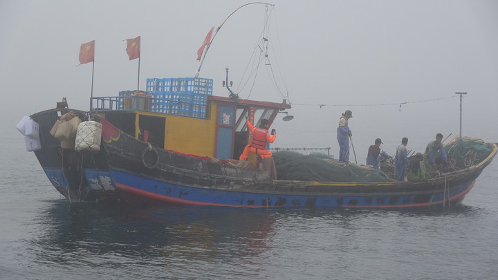 東引海域今天出現大陸漁船利用濃霧掩護越界捕魚。圖/馬祖海巡隊提供