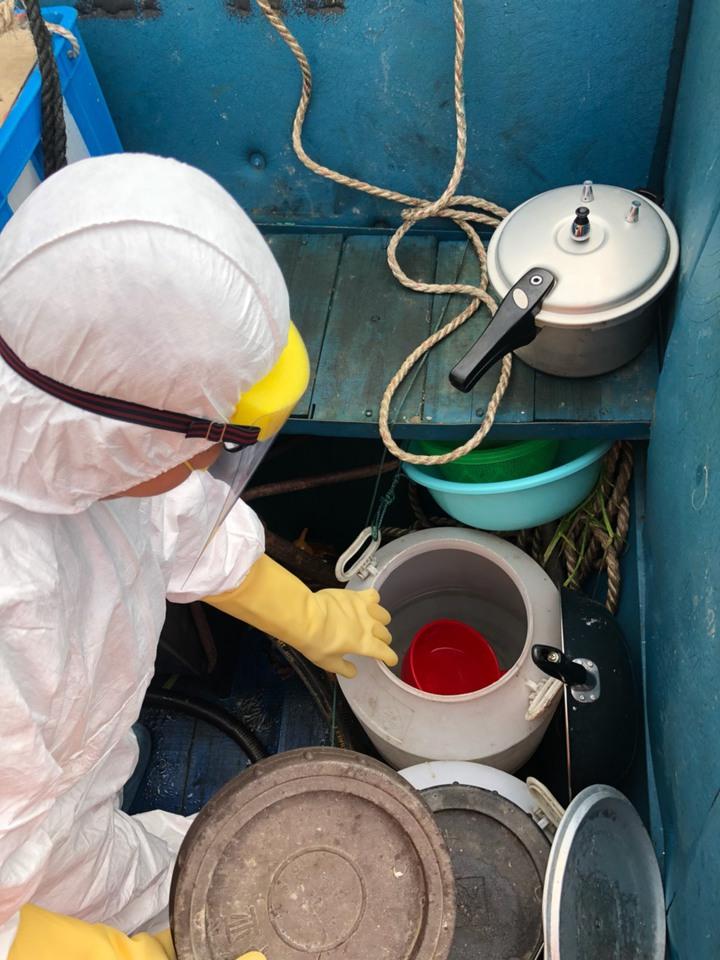 為了防範非洲豬瘟,海巡隊員全面清查該船各艙間物品及食物,確定沒有豬肉及相關製品。圖/馬祖海巡隊提供