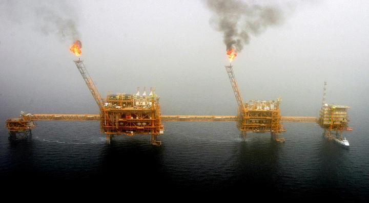 伊朗首都德黑蘭以南的波斯灣索羅什油田(Soroush oil field)探油平台2005年7月25日正冒出火焰。美國總統川普22日決定,將結束部分伊朗原油購買國豁免於制裁的待遇,讓伊朗石油出口全面歸零。路透