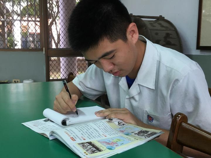 雲林縣淵明國中三年級學生鍾博宇從小就喜歡畫畫,他經常以繪圖方式做筆記,比起繁瑣的文字,更容易記憶,甚至幾張圖就能清楚解釋冗長的外國歷史,同學都搶著借他的筆記。記者陳雅玲/攝影