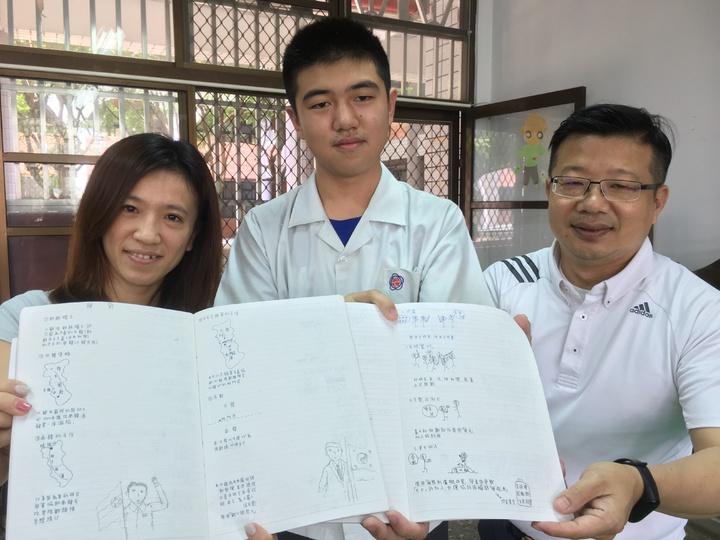 雲林縣淵明國中三年級學生鍾博宇(中)經常以繪圖方式做筆記,幾張圖就能清楚解釋冗長的外國歷史,同學都搶著借他的筆記,他的筆記讓校長丁清峯(右)、導師陳姿妙(左)都很驚豔。記者陳雅玲/攝影