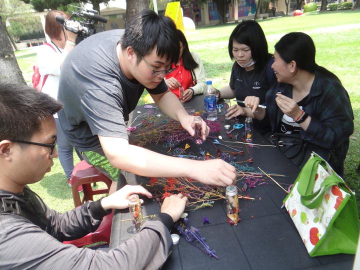 雲林縣虎尾科技大學藝文季開鑼,除音樂表演,學生還有手藝創作,也將和民眾分享。記者蔡維斌/攝影
