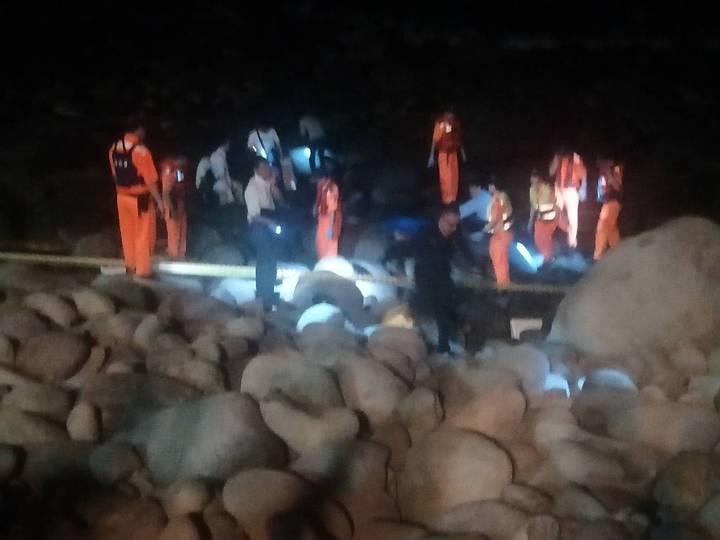 新北市泰山區40歲吳姓男子涉嫌殺害2名兒女,今晚被發現陳屍金山中角沙灘附近礁石上,疑跳海自殺被沖上礁石,目前等家屬到場指認,警方也在現場採證。記者游明煌/攝影