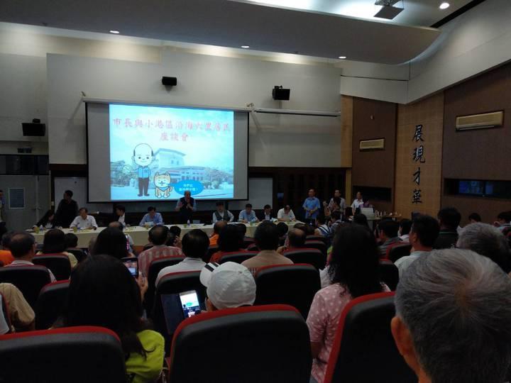 高雄市長韓國瑜今晚與大林蒲居民座談,居民主要談遷村及空汙問題。記者謝梅芬/攝影