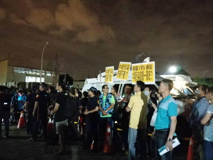 高雄市長韓國瑜今晚8時左右到大林蒲與居民座談,環保團體舉牌抗議中鋼污染,高雄市政府至今都沒取締動作。記者謝梅芬/攝影