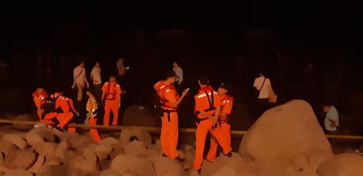 新北市泰山區40歲吳姓男子涉嫌殺害2名兒女,今晚被發現陳屍金山中角沙灘附近礁石上,疑跳海自殺被沖上礁石,家屬到場指認,證實吳男身分。記者賴郁薇/攝影