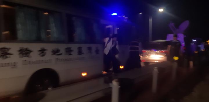 新北市泰山區40歲吳姓男子涉嫌殺害2名兒女,今晚被發現陳屍金山中角沙灘附近礁石上,疑跳海自殺被沖上礁石,基隆地檢署檢察官到場相驗。記者賴郁薇/攝影