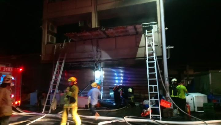 火勢撲滅後,消防人員持續進入搜尋。記者謝恩得/攝影