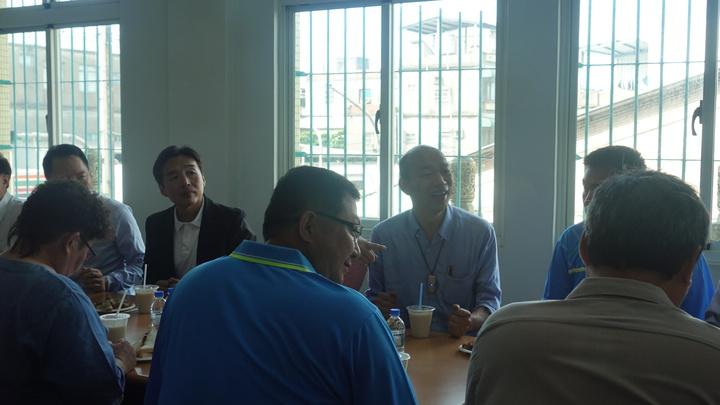 高雄市長韓國瑜23日晚間夜宿臨海工業區勞工宿舍後,24日一早到小港區大林蒲鳳林宮參拜、吃早餐。記者劉星君/攝影