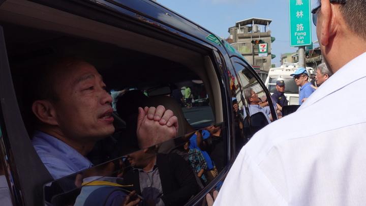 高雄市長韓國瑜23日晚間夜宿臨海工業區勞工宿舍後,24日一早到小港區大林蒲鳳林宮參拜、吃早餐,離開時,面對媒體詢問,僅說「回辦公室再說」。記者劉星君/攝影